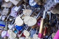 Aimez la serrure sur un pont à Paris, symbole d'amour de connexion d'éternité de Frances Images libres de droits