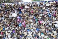 Aimez la serrure sur un pont à Paris, symbole d'amour de connexion d'éternité de Frances Photos libres de droits