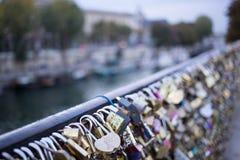 Aimez la serrure sur un pont à Paris, symbole d'amour de connexion d'éternité de Frances Photos stock