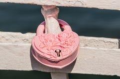 Aimez le cadenas ou la serrure d'amour sur une balustrade Photographie stock libre de droits