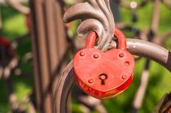 Aimez le cadenas ou la serrure d'amour sur une balustrade Photo stock