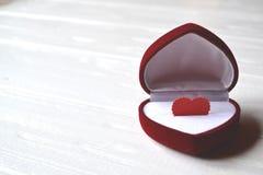 Aimez le coeur dans le boîte-cadeau sur le fond en bois blanc l'illustration s de coeur de vert de dreamstime de conception de jo Images stock