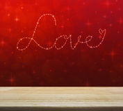 Aimez le coeur de belles étoiles lumineuses au-dessus de lumière rouge de tache floue Images libres de droits