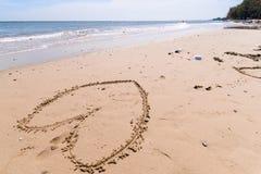 Aimez le coeur dessiné sur le fond atlantique arénacé de côte Photographie stock libre de droits