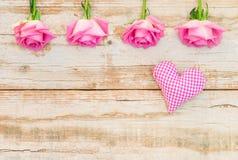 Aimez le coeur et les roses roses sur le bois au style de vintage Image stock
