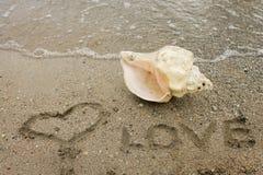 Aimez, le coeur - inscription sur le sable Photos libres de droits