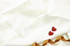 Aimez le coeur rouge de jour de valentines sur outre du backgrou de toile blanc de tissu Photographie stock libre de droits