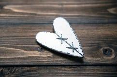 Aimez le coeur sur le vieux fond en bois de texture, concept de carte de jour de valentines Image libre de droits