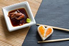 Aimez le concept abstrait de menu de sushi avec le coeur de nigiri sur le fond noir Photos libres de droits