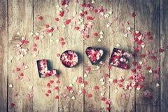 Aimez le concept avec des lettres AIMENT et des amoureux sur le vieux CCB en bois Photos libres de droits