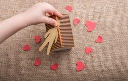 Aimez le concept avec l'homme, le coeur et la maison formés par papier Images libres de droits