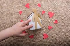 Aimez le concept avec l'homme, le coeur et la maison formés par papier Images stock