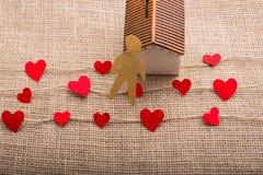 Aimez le concept avec l'homme, le coeur et la maison formés par papier Photos stock