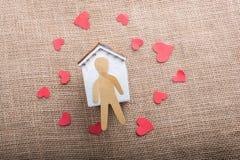 Aimez le concept avec l'homme, le coeur et la maison formés par papier Photographie stock