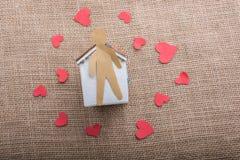 Aimez le concept avec l'homme, le coeur et la maison formés par papier Photo libre de droits