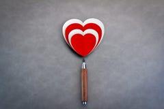 Aimez le concept avec la forme de coeur de livre blanc rouge et avec le crayon Photographie stock libre de droits