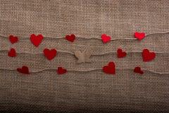 Aimez le concept avec les icônes en forme de coeur sur les fils et le papillon Photographie stock