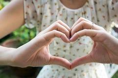 Aimez le concept d'amie d'épouse de couples de coeur de signe de main Images stock