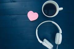 Aimez le concept de musique avec la forme rose de coeur d'amour et le headphon blanc Images stock
