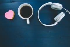 Aimez le concept de musique avec la forme rose de coeur d'amour et le headphon blanc Images libres de droits