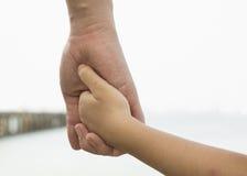 Aimez le concept extérieur de mains de coeur de parenting de soin de relations Photographie stock libre de droits