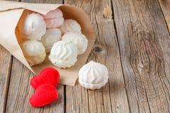 Aimez le concept, les bonbons et le coeur de message sur la table rustique Photos libres de droits