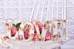 Aimez le fond avec les lettres décorées par decoupage avec le patte rose Photographie stock libre de droits