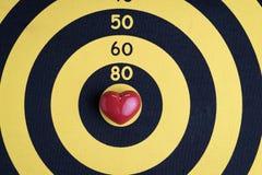 Aimez le fond de cible avec la forme rouge brillante de coeur au centre de c Images libres de droits