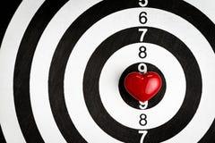 Aimez le fond de valentines de cible avec la forme rouge brillante de coeur dessus Photo stock