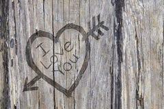 Aimez le graffiti de coeur et de flèche découpé dans le bois Images stock