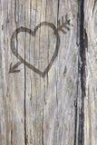 Aimez le graffiti de coeur et de flèche découpé dans le bois Images libres de droits