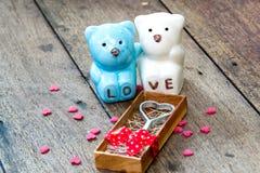 Aimez le métal dans la boîte et et les ours en céramique Image libre de droits