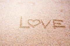 aimez le message écrit en sable, amour de signe sur le sable sur la plage Photos libres de droits