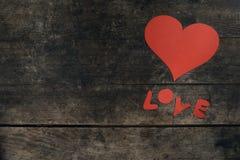 Aimez le message, coeur fait main sur une table de vintage Images stock