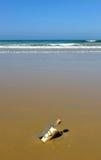 Aimez le message dans une bouteille sur le rivage de l'océan Images libres de droits