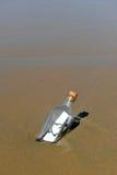 Aimez le message dans une bouteille sur le sable de la plage Photos stock
