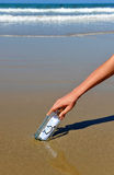 Aimez le message dans une bouteille sur le sable de la plage Images libres de droits