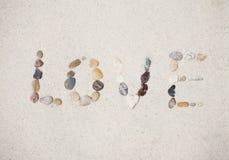 Aimez le message fait de caillou sur la plage d'été de sable Photos stock