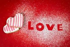 Aimez le message textuel avec des lettres types de biscuits sur le sucre Photos stock