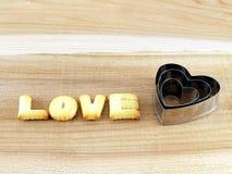Aimez le mot, lettres de biscuits de biscuit avec le coupeur en forme de coeur de biscuit Images libres de droits