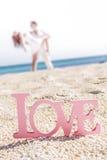 Aimez le mot sur le fond tropical, concept de mariage de plage Photographie stock libre de droits