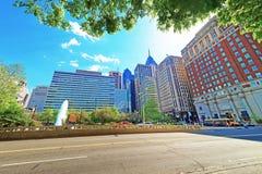 Aimez le parc et le Penn Center avec l'horizon des gratte-ciel Photo libre de droits