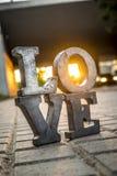 Aimez le signe avec des lettres en métal dans une rue Photo libre de droits