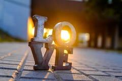 Aimez le signe avec des lettres en métal dans une rue Photographie stock libre de droits