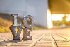 Aimez le signe avec des lettres en métal dans une rue Images libres de droits