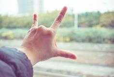 Aimez le signe de main à la fenêtre de train, concept de voyage d'amour, filt de vintage Images libres de droits