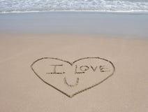 Aimez le symbole de coeur en sable sur la plage tropicale Photographie stock libre de droits