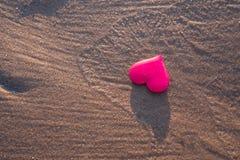 Aimez le symbole du coeur sur la plage de mer Photo libre de droits