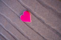 Aimez le symbole du coeur sur la plage de mer Photographie stock libre de droits