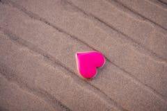 Aimez le symbole du coeur sur la plage de mer Photo stock